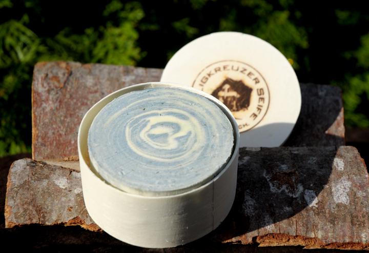 Duftige Pflege: Lavendel-Ziegenmilchseife mit Lavendelduft als Geschenk verpackt in der Spandose.