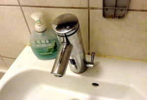 Flüssigseifenspender in einem Gasthaus-WC: Nicht immer ganz keimfrei.