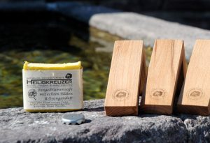 Einzigartig: Kein Magnet-Seifenhalter sieht aus wie der andere. Die Maserung des Holzes variiert.