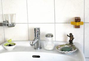 Hier liesse sich beispielsweise auch noch der Zahnputzbecher-Halter (links) abnehmen, um einen weiteren Seifenhalter zu montieren.