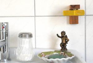 Der Heiligkreuzer Magnet-Seifenhalter im Badezimmer montiert.