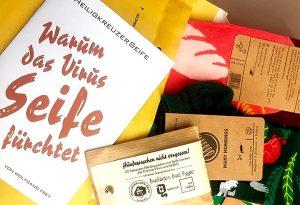 Eine Bestellung zur Heimlieferung in Corona-Zeiten: Bunte Socken und ein Heiligkreuzer Seifengeschenk.
