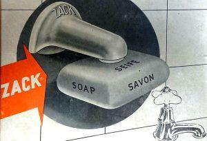 """Der deutsche Hersteller warb in den 1950er mit den Worten """"Bis zu 50% Seifenersparnis!"""" Da die Seife immer gut trocknen könne, sei der Verbrauch deutlich sparsamer. Beigelegt war eine kleine Tube """"Pattex""""-Kleber, um den Halter an die Kacheln im Bad zu kleben, der Halter konnte aber auch verschraubt werden."""