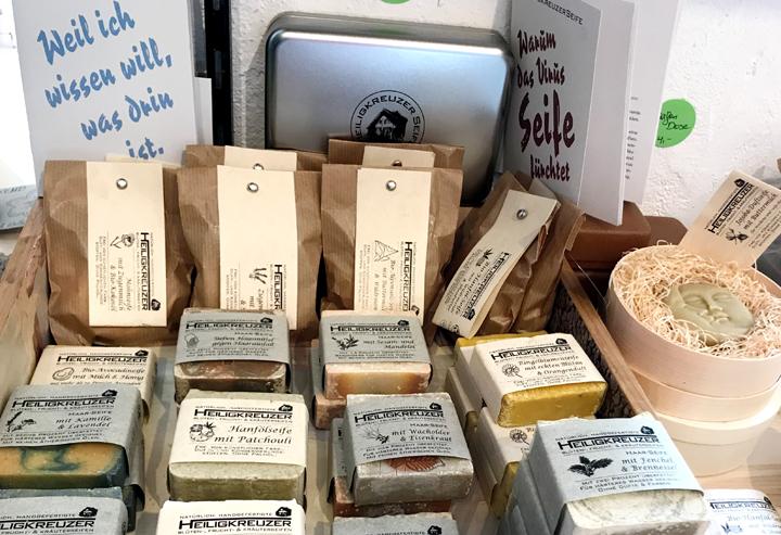 Im Obergassladen in der Sarganser Altstadt finden Sie neben Filzereien auch eine Auswahl von Heiligkreuzer Seifen.