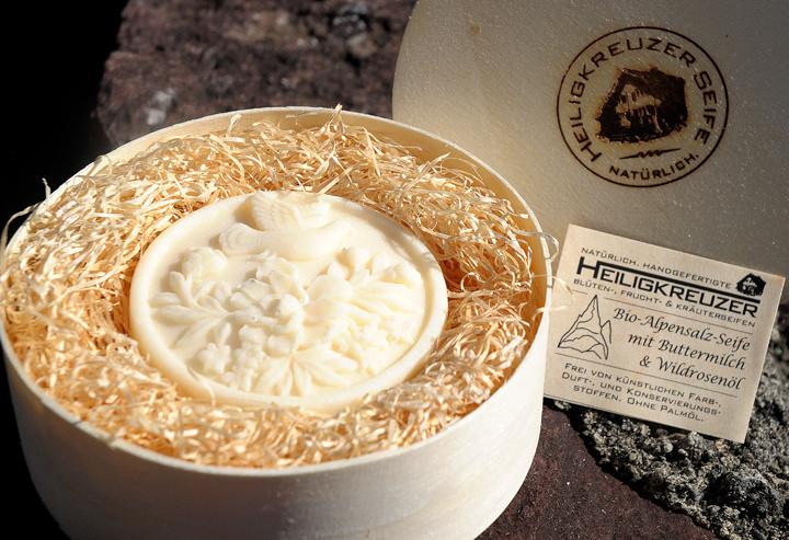Bio-Alpensalz-Seife mit Buttermilch und Wildrosenöl. In den Einzelstück-Variante #117.