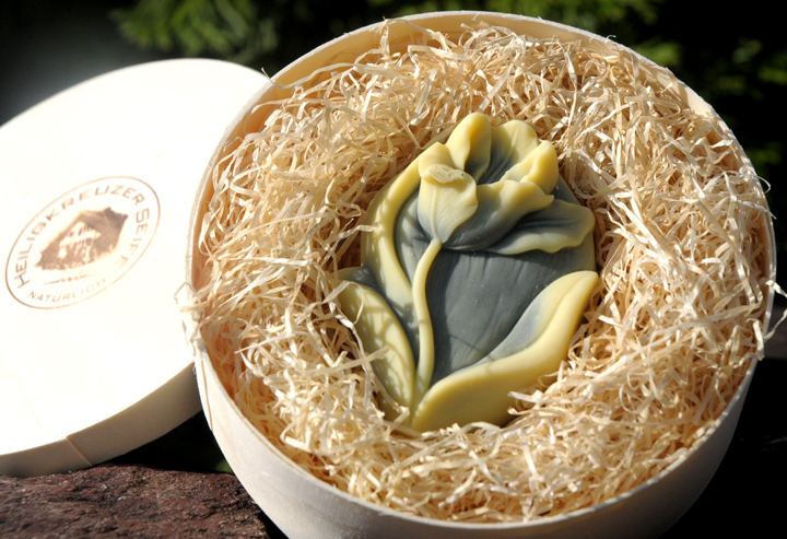 Einhornseife. Blumig duftende und pflegende Macadamiaseife. Einzelstück #208.