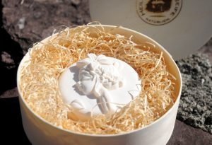 Edle Mohnseife mit Ziegenmilch und Bio-Kokosöl. In der Einzelstück-Variante #179.