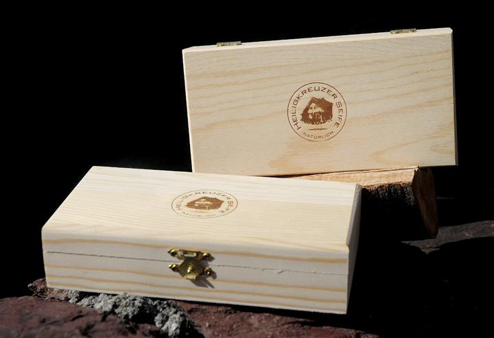 Heiligkreuzer Seifenkästchen aus unbehandeltem Holz mit geschraubten Scharnieren und Verschlüssen.