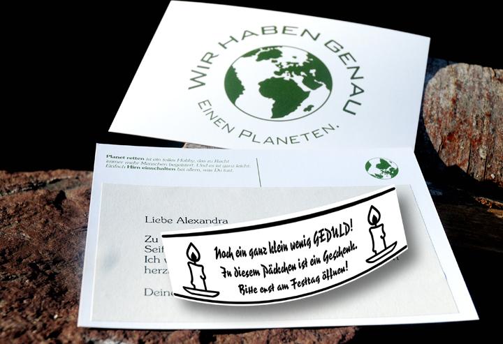 """So könnte Ihr Geschenk aussehen: Drinnen im Päckchen auf einer Karte Ihre Grussbotschaft, aussen auf dem Päckchen der Hinweis """"Bitte erst am Festtag öffnen""""."""
